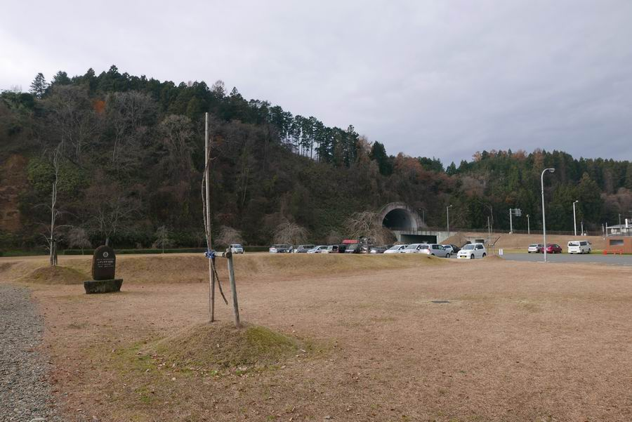 有備館入り口横の芝生全景