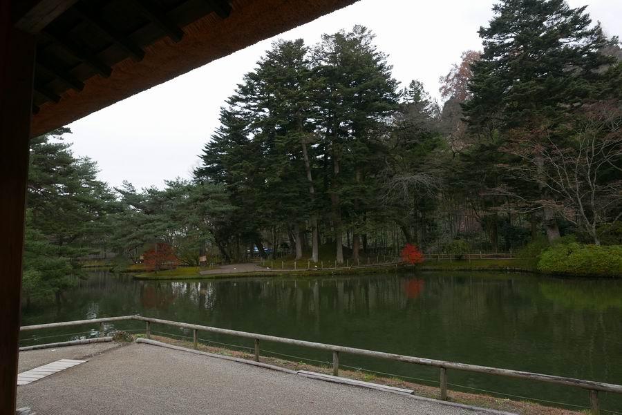 有備館建物内から池を望む