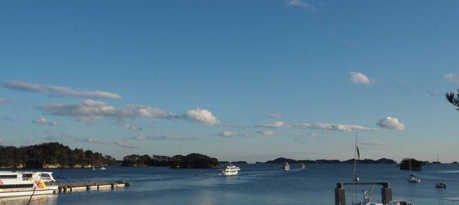 松島観欄亭から見た遊覧船の波の軌跡風景写真