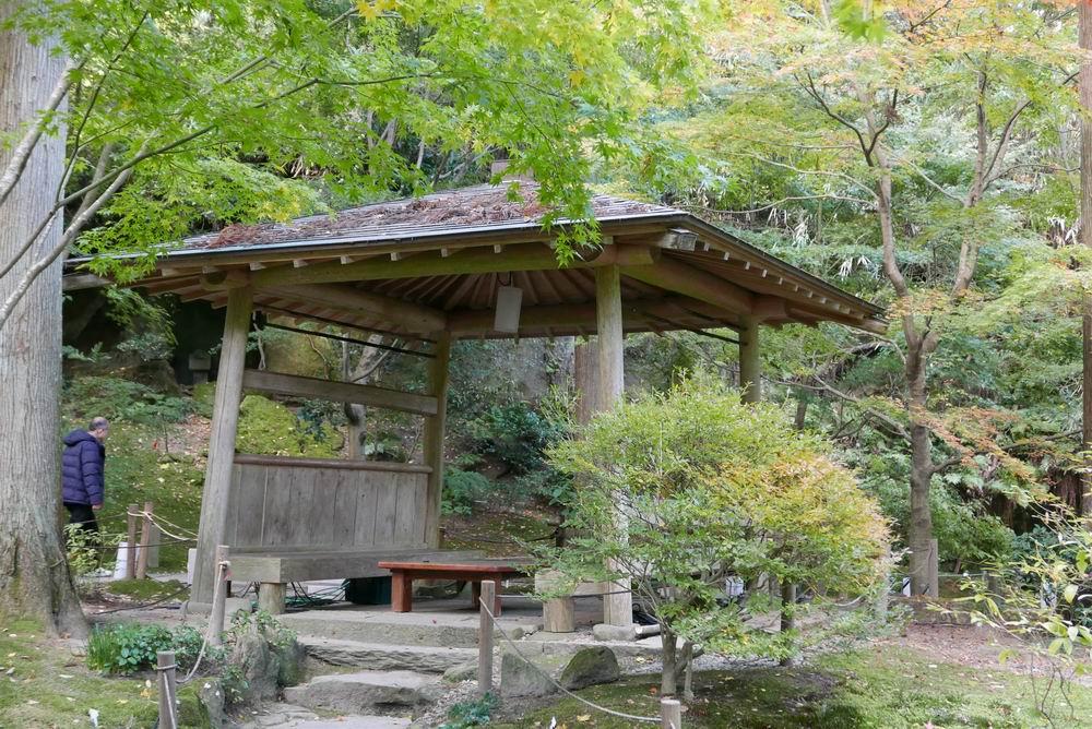 円通院の紅葉の三慧殿の隣近くにある休み処の写真画像