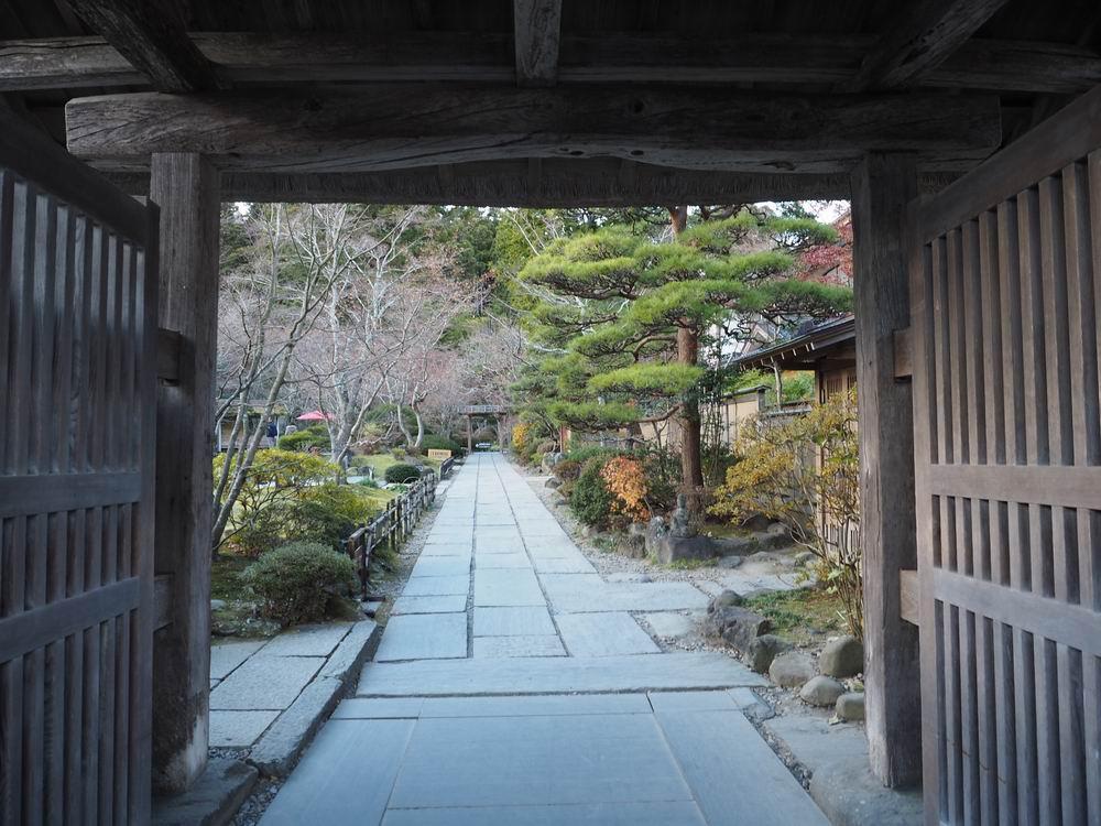 晩秋の円通院の山門から見た中の風景写真