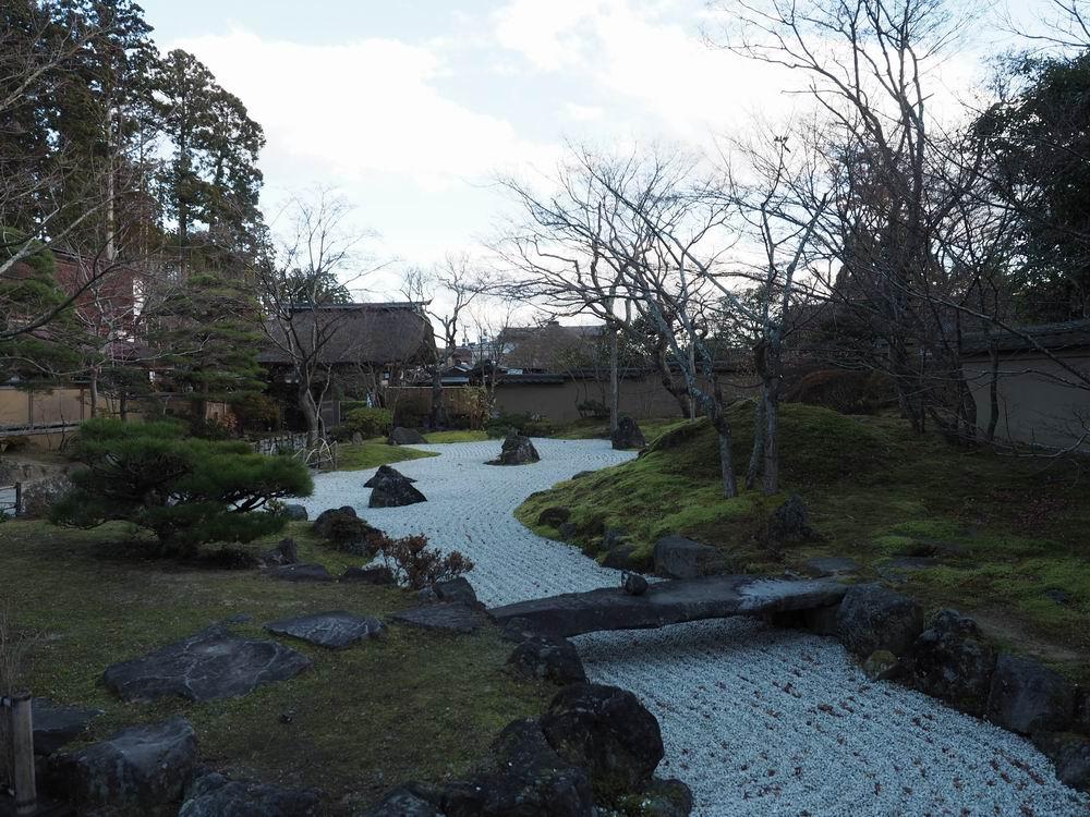晩秋の円通院の玉石を敷き詰めた庭園の晩秋の風景写真画像
