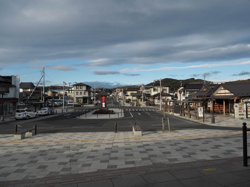 平泉駅より正面のロータリーから毛越寺方向を望んだ風景写真