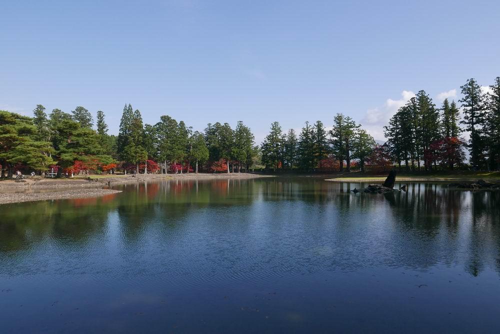 毛越寺の紅葉の風景