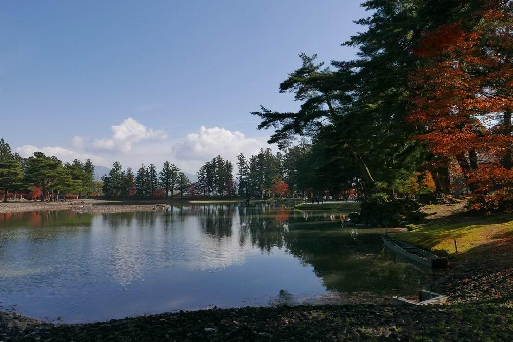 毛越寺の庭園風景紅葉写真