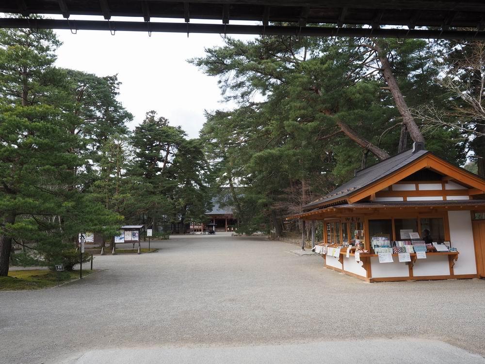 毛越寺の山門(拝観料納め所)より正面本堂方向を望む写真