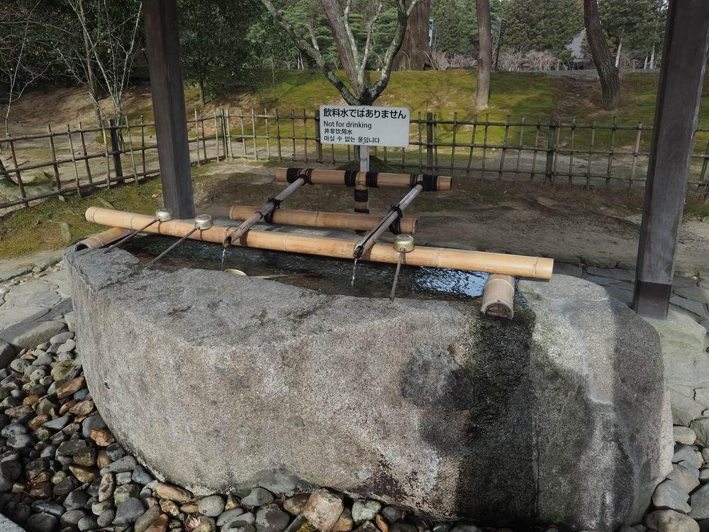 毛越寺の手洗い所の竹つつの風景