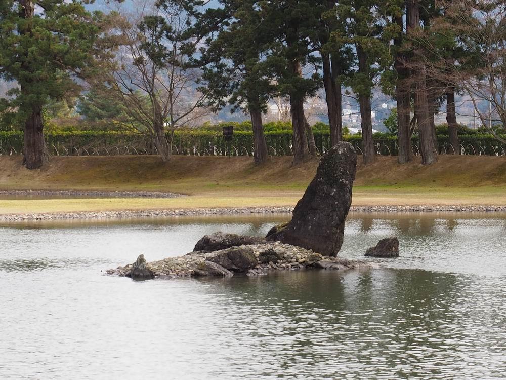 大泉ヶ池の突き立った岩の風景写真