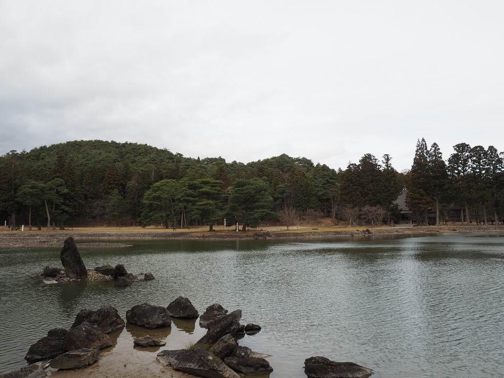 毛越寺浄土庭園の荒磯の岩連想の風景写真