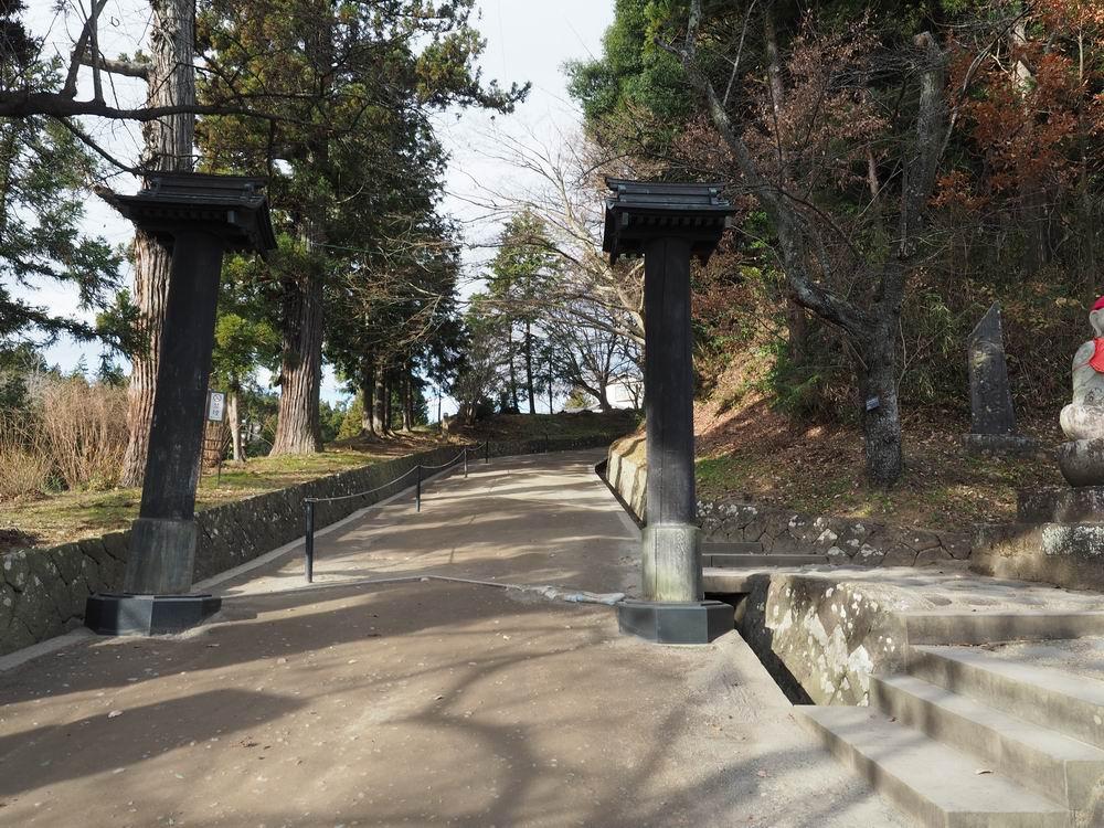 中尊寺参道の月見坂の入り口の山門風景写真