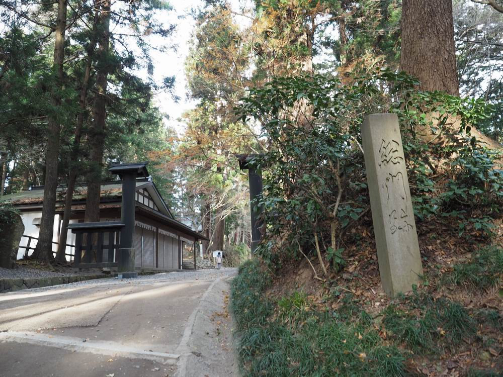 中尊寺参道月見坂中間付近の総門写真
