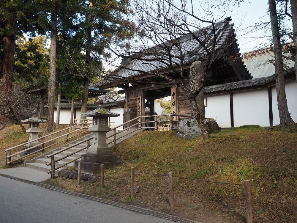 中尊寺本堂の入り口門の風景
