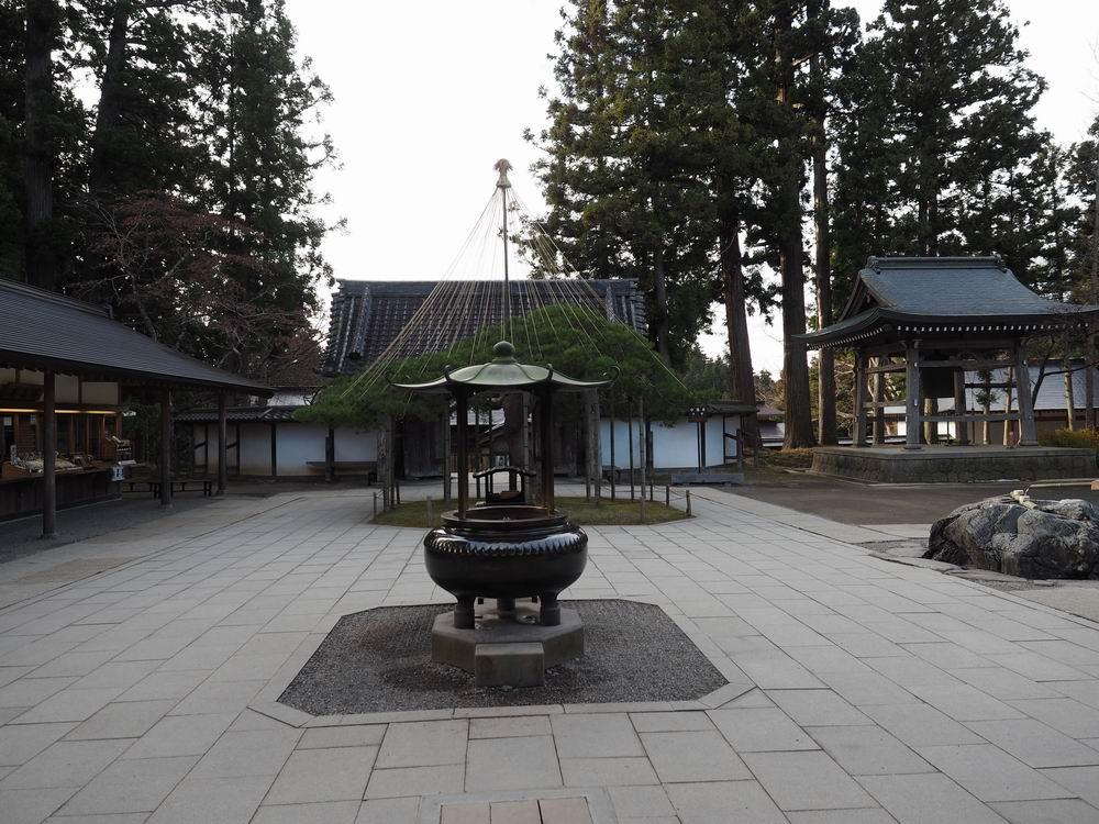 中尊寺本堂から正門方向を望んだ写真
