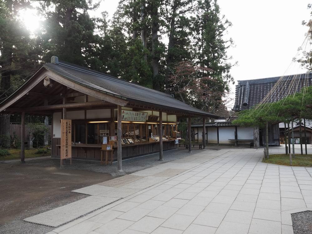 中尊寺本堂内のお守りなどを売る売店