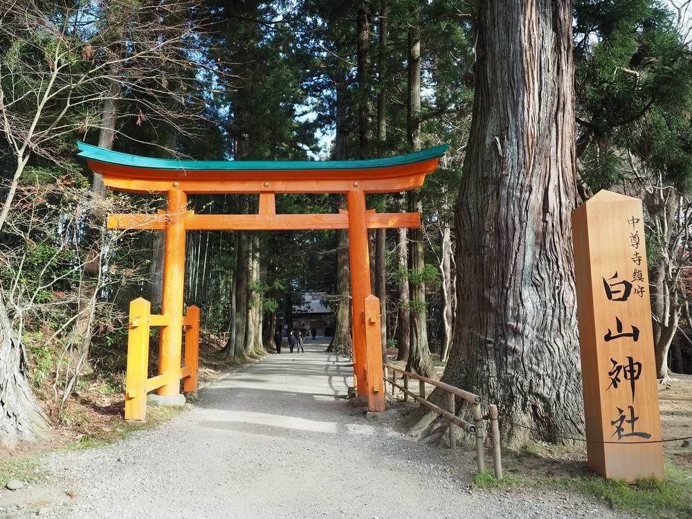 中尊寺白山神社、能楽堂の入り口山門の写真