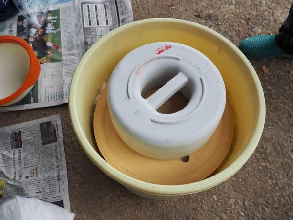 梅干しの作り方樽に重しをかけた状況