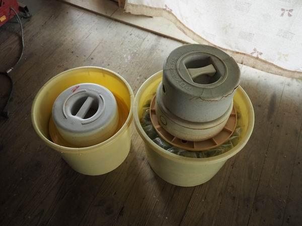 梅干しの作り方樽に入れて重しをかけた状況写真